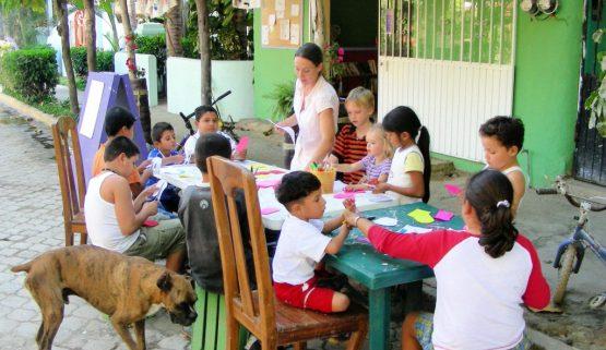 Entreamigos arts and crafts lesson