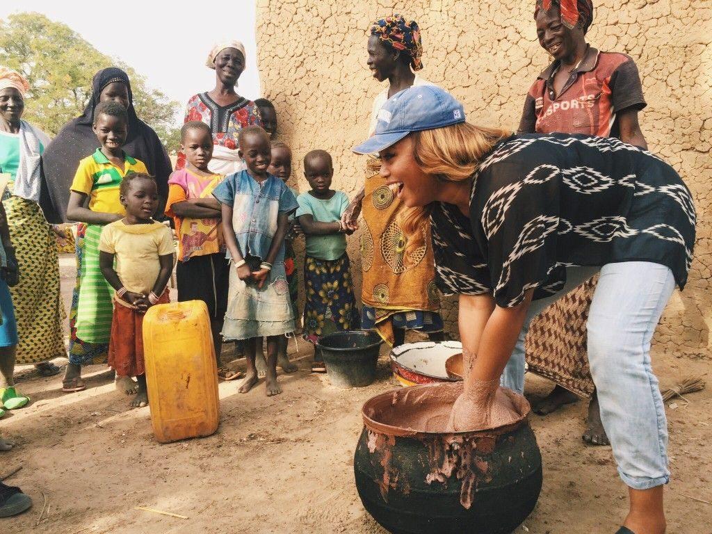Volunteer cleaning a pot in Burkina Faso